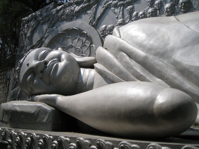 Halkning och att le av Buddha i grå färger färgar i templet i Vietnam royaltyfria foton