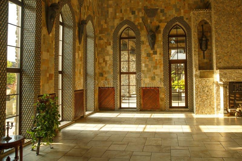 Hall дворца замка с большими окнами стоковые фото