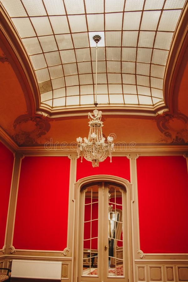 Hall в особняке с высоким приданным куполообразную форму потолком стеклянное окно с текстурой решетки роскошная люстра богатый ба стоковая фотография
