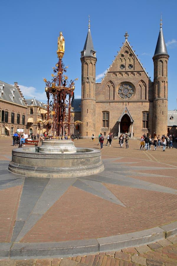 Hall рыцаря Ridderzaal, который формирует центр Binnenhof замок 13 столетий готический, с нео-готическим фонтаном стоковое фото