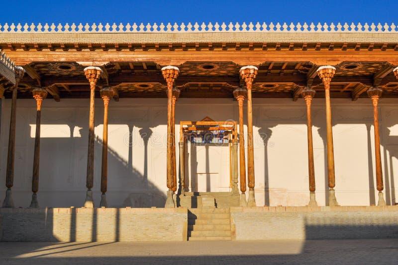 """Hall с деревянными столбцами старой цитадели в Бухаре """"цитадель ковчега """" стоковое фото"""