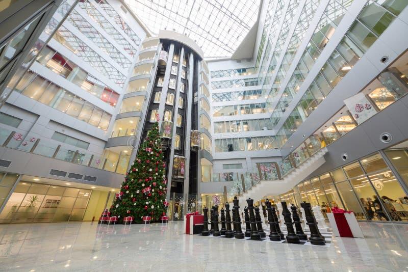 Hall с рождественской елкой и большим шахмат стоковые изображения