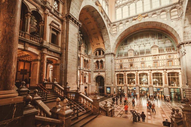 Hall av ?ndstationen av j?rnv?gsstationen Antwerpen Centraal som konstrueras, i 1905 och att rusa passagerare arkivbild