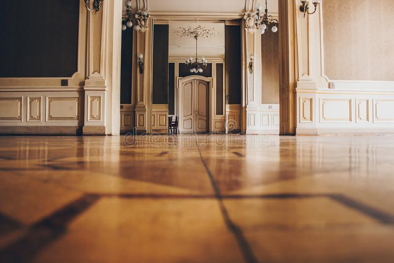 Hall av ett lyxigt hem korridor mellan rum i en antik herrg?rd med tappningtapeten och den m?nstrade stuckaturen p? v?ggarna arkivfoto