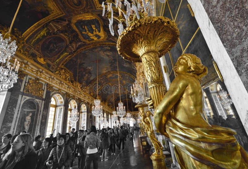 Hall av speglar i slott av Versailles arkivfoto