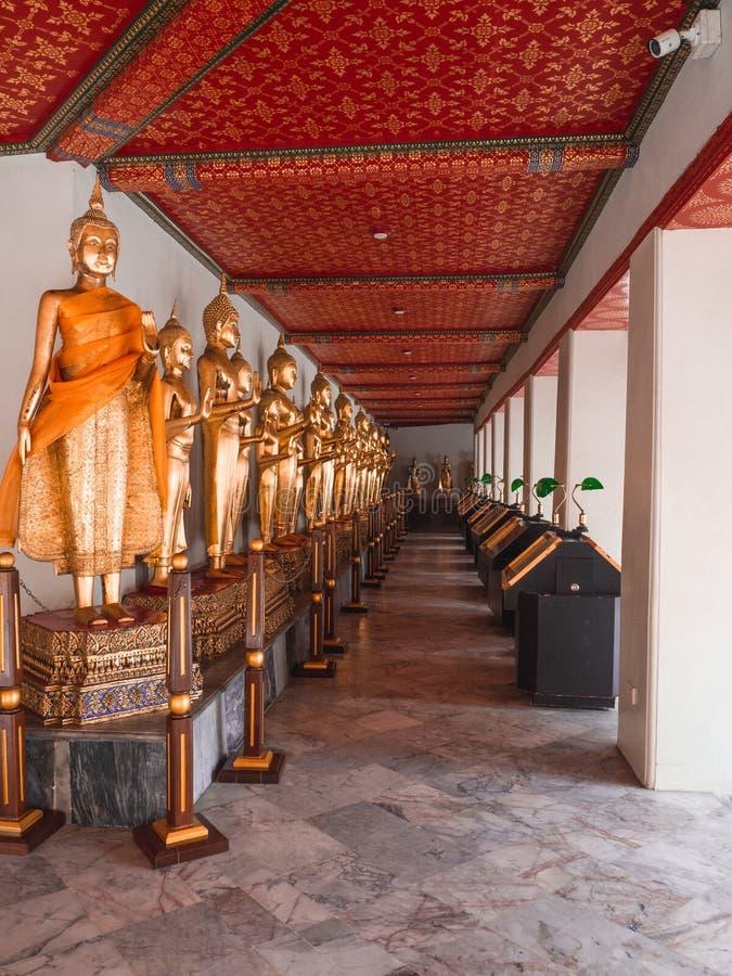 Hall av stående Buddha på Wat Pho, Bangkok Thailand royaltyfri bild