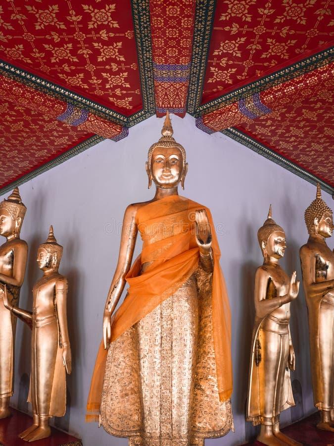 Hall av stående Buddha på Wat Pho, Bangkok Thailand royaltyfria bilder