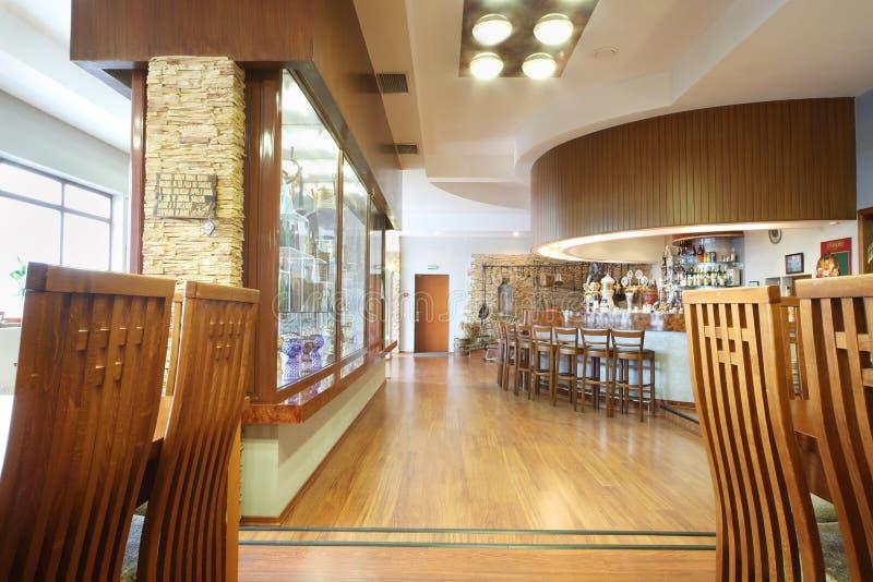 Hall avec des tables et barre pour le goût dans Ochakovo image libre de droits