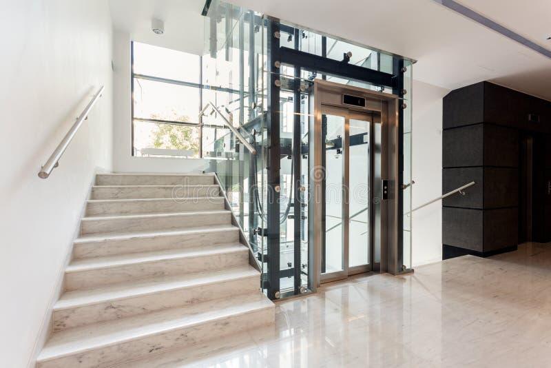 Hall avec l'escalier et l'ascenseur image stock