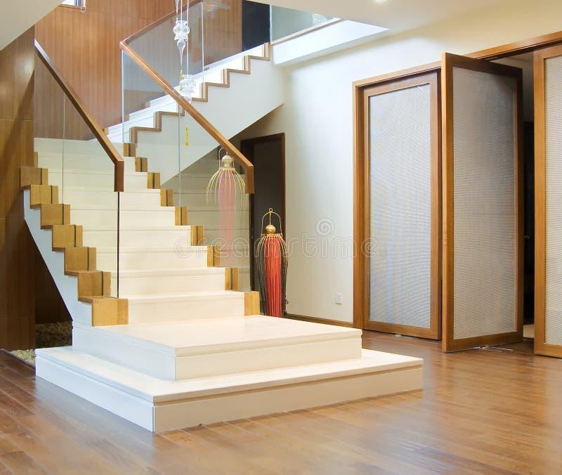 Hall avec l'escalier et l'entrée principale images libres de droits