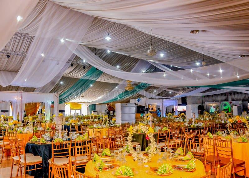 Hall bien habillé avec le concept coloré fantastique de table photos stock