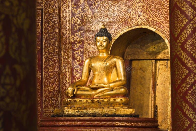 Hall Buddha-standbeeldbinnenland belangrijk en zeer oud Wat-pha-Si stock afbeeldingen