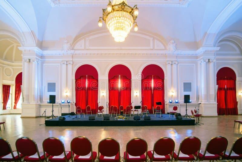 Hall d'événements avec l'étape préparée pour le concert classique de musique images stock
