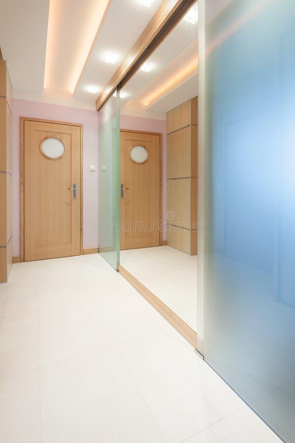 hall d 39 appartement avec le grand mur de miroir photo stock image du couleur lumi re 46259808. Black Bedroom Furniture Sets. Home Design Ideas