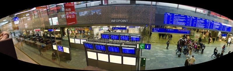 Hall d'entrée à la station de train principale viennoise images stock