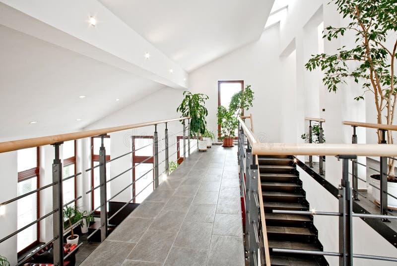 Hall d'entrée avec l'escalier images libres de droits