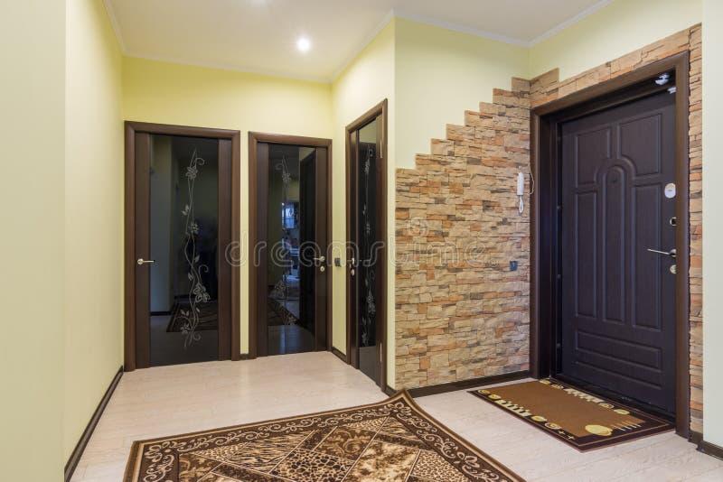 Hall d'entrée spacieux dans l'appartement, trois portes à la salle, salle de bains et toilette photo libre de droits