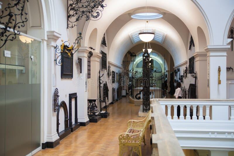 Hall d'exposition de Londres, de Victoria et d'Albert Museum Le musée de V&A est le plus grand musée du monde des arts décoratifs photo stock