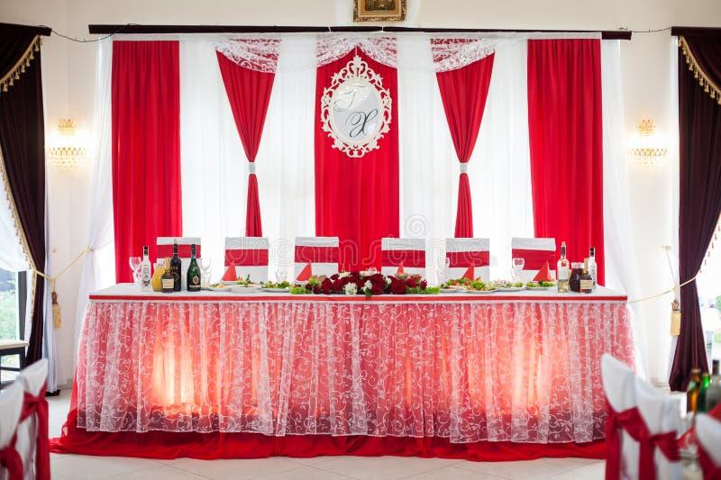 Hall d'une manière élégante approvisionné de réception de mariage avec les rubans rouges sur le lux photos stock