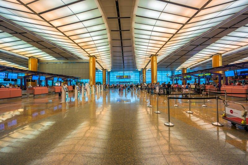 Hall de départ à l'aéroport de Changi avec la zone d'enregistrement images stock