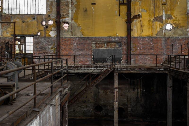 Hall de distribution de l'électricité dans la métallurgie images libres de droits