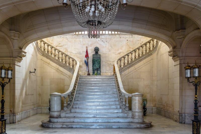 Hall de entrada en el interior del museo de la revolución, palacio presidencial anterior - La Habana, Cuba imágenes de archivo libres de regalías