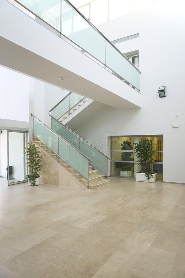 Hall de entrada en un edificio moderno imagen de archivo - Decoracion hall de entrada edificios ...