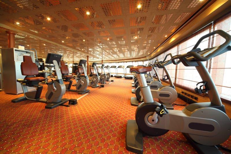 Hall de gymnastique avec la bicyclette d'exercice dans le bateau de croisière photos libres de droits