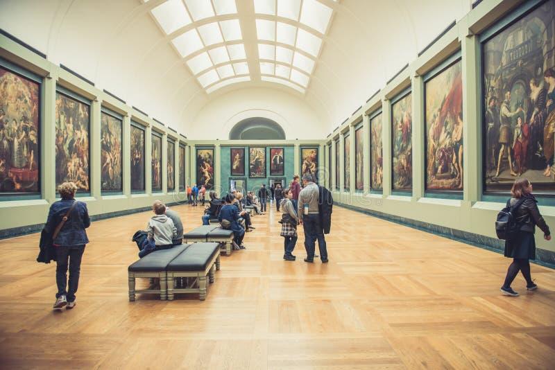 Hall de peintures de musée de Louvre photographie stock libre de droits