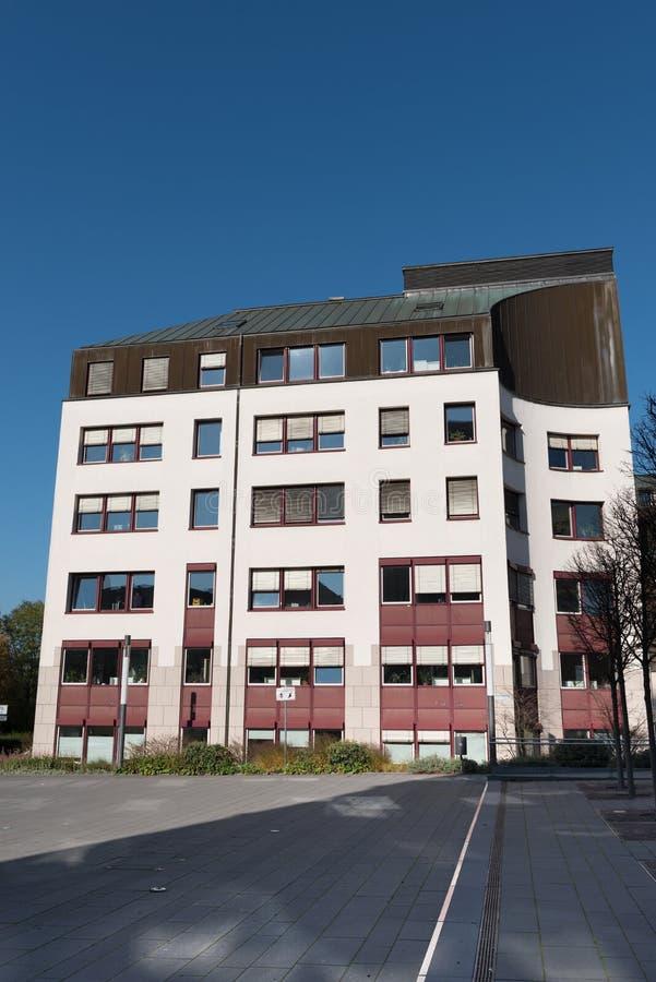 Hall de ville nouvelle dans Hilden avant ciel bleu images libres de droits