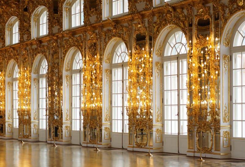 Hall dekorował z złocistym liściem z wysokim sufitem i wielkimi okno zdjęcie royalty free