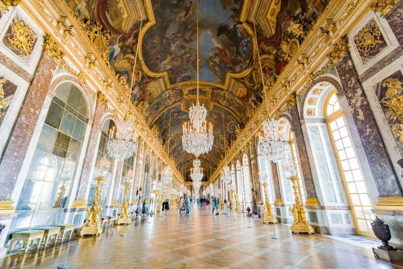 Hall des miroirs du palais célèbre de Versailles image stock