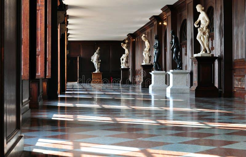 Hall in einem Schloss mit Statuen stockfoto