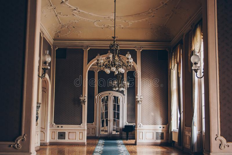 Hall eines Luxushauses Korridor zwischen R?umen in einer antiken Villa mit Weinlesetapete und kopiertem Stuck auf den W?nden stockfotografie