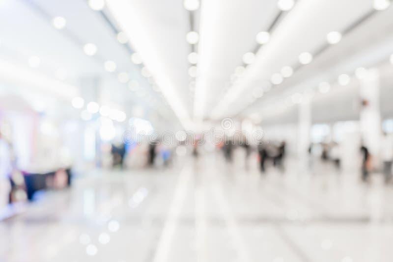 Hall eller lobby för abstrakt begrepp suddigt vitt för bakgrund Det kan vara bruk för shoppinggallerian, museet, mässhallhändelse arkivbild