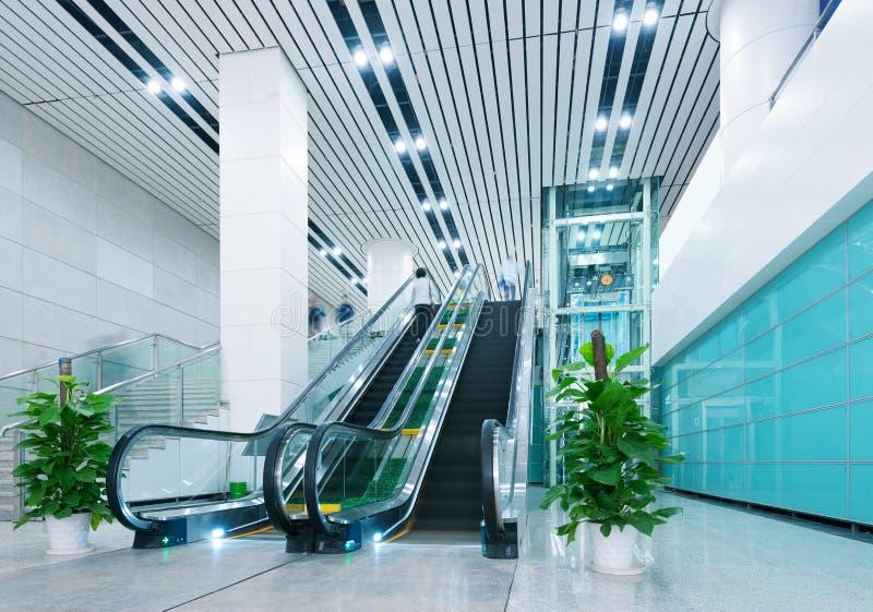 Hall et escalators photographie stock libre de droits