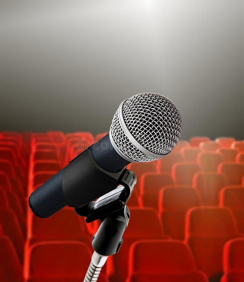 Hall et microphone de conférence photographie stock libre de droits