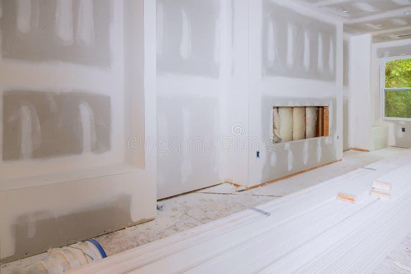 Hall-Hausinnenraum mit Trockenmauer vollst?ndig installierte und malte Wand stockfotografie