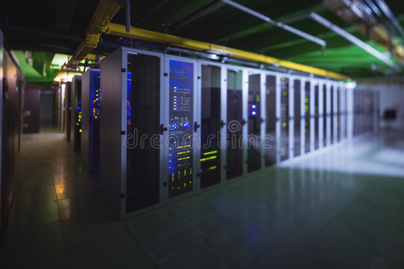 Hall med en rad av serveror arkivfoton