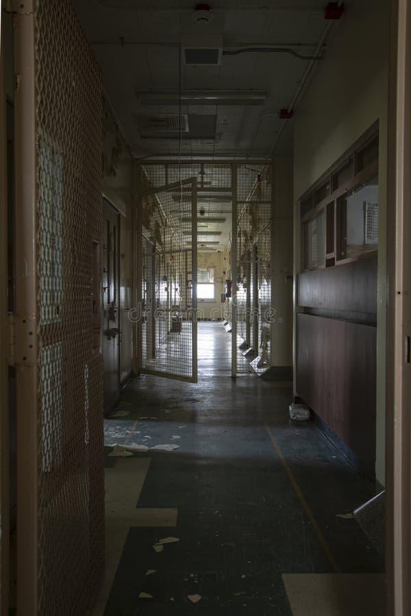 Hall med ensamcellceller i fängelsesjukhus royaltyfri bild