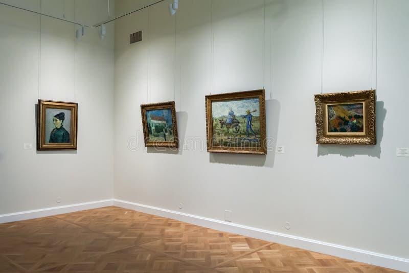 Hall med impressionistmålningar Vincent van Gogh på museet royaltyfri bild