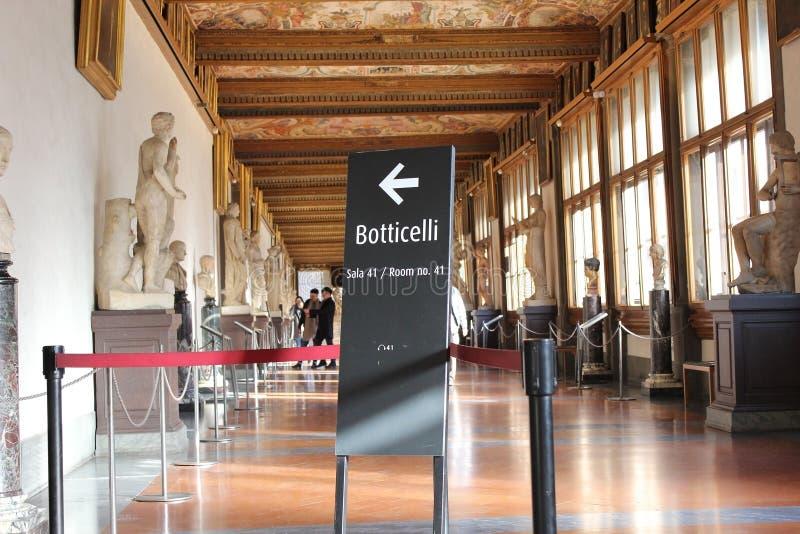 Hall med målningar vid Botticelli, Uffizi galleri, Florence arkivfoton