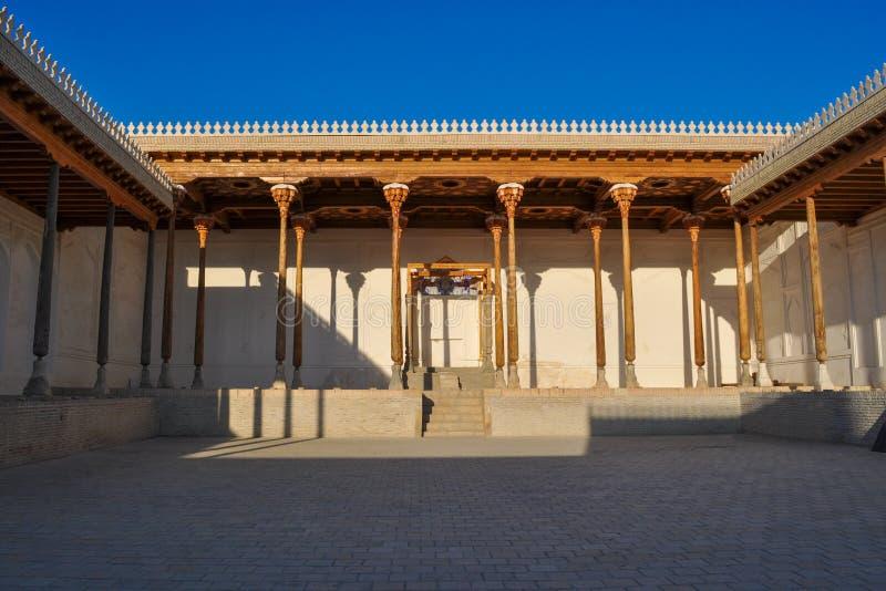 Hall med träkolonner av den forntida citadellen i Bukhara 'tillflyktcitadell ', royaltyfria foton