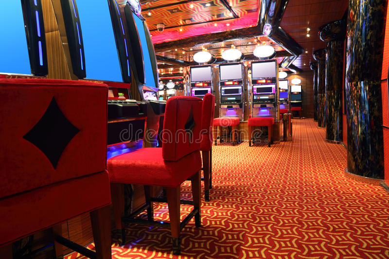 Hall moderne de casino avec des machines de jeu photo stock