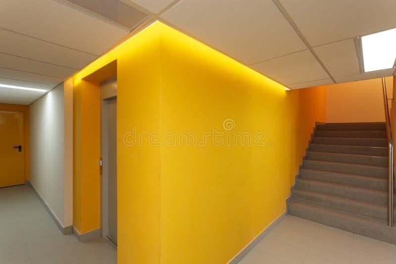 Hall och trappa fotografering för bildbyråer