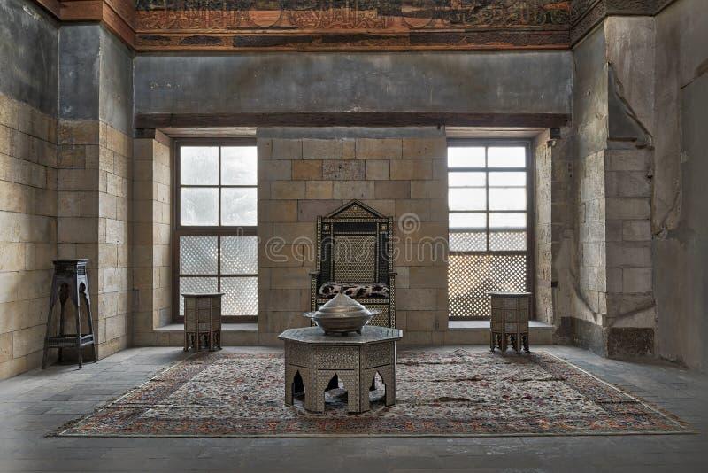 Hall am Palast von Prinzen Taz mit der Steinziegelsteinwand verziert durch Kalligraphie mit zwei Fenstern, historischem Stuhl und lizenzfreies stockbild