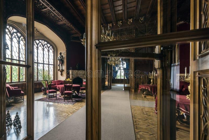 Hall rouge dans le château de Lednice Château de Lednice photo libre de droits