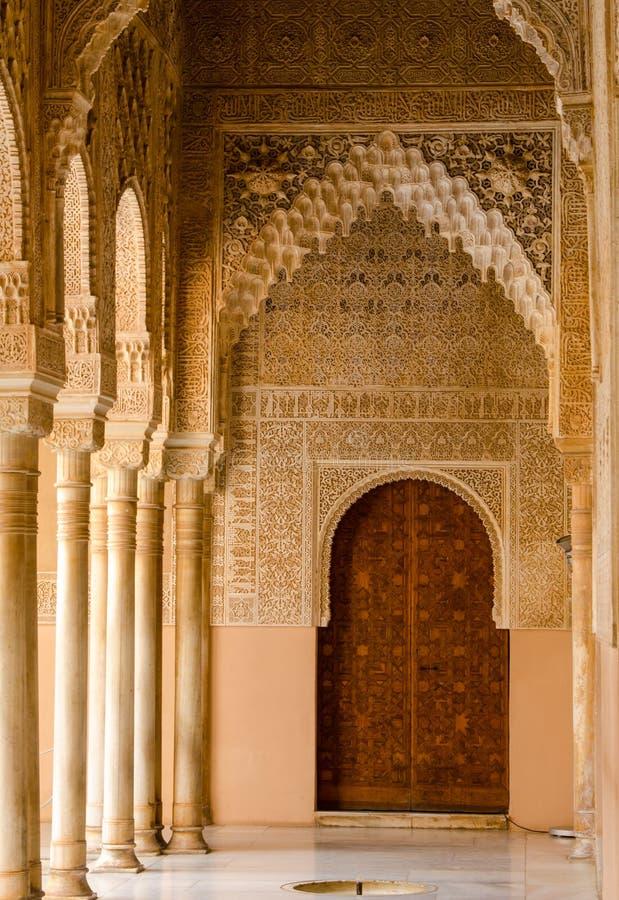 Hall som leder till dörren i Alhambra Palace arkivfoto