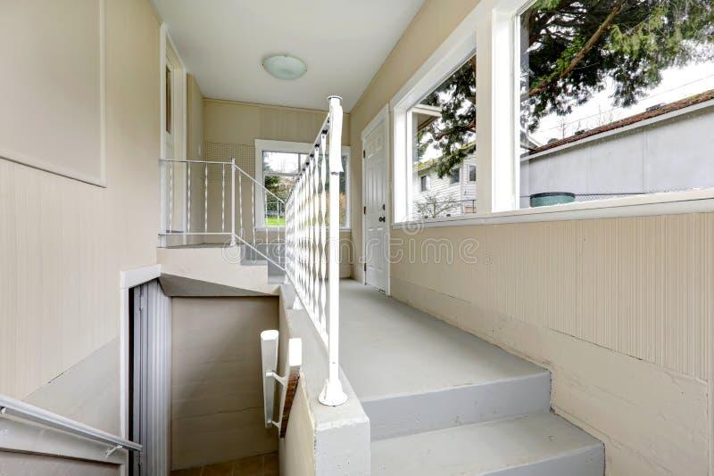 Hall till källaren med trappa fotografering för bildbyråer