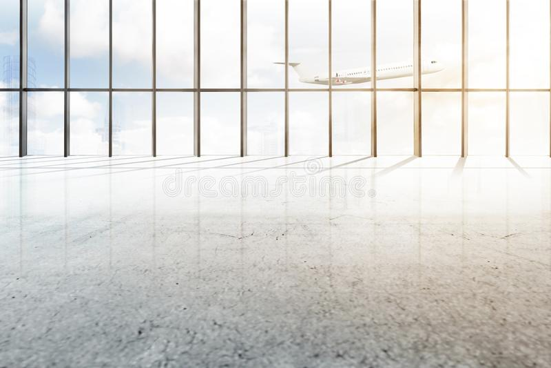 Hall vide d'aéroport avec la fenêtre du verre et de l'avion volant images libres de droits